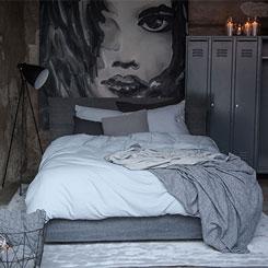 Bettgestelle, Bettwäsche und Teppiche für ein modernes Schlafzimmer