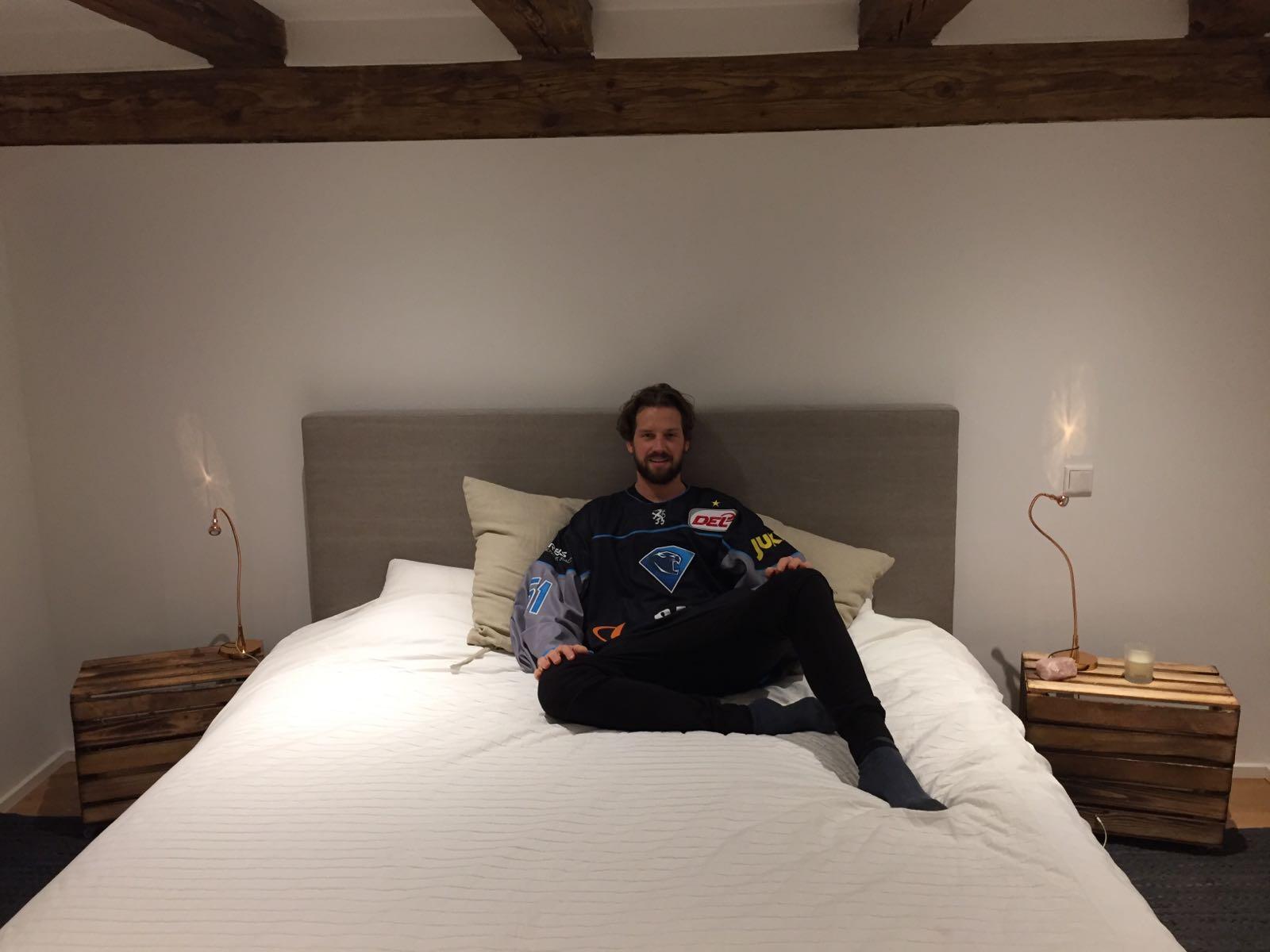Eishockey-Nationaltorhüter Timo Pielmeier auf seinem Bett aus dem Bettenstudio Kugler